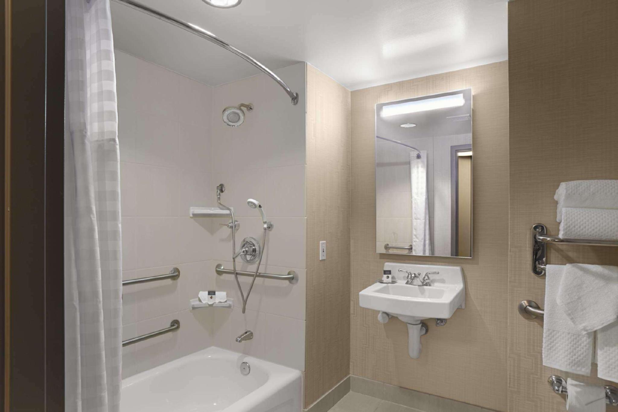 2 Queen Accessible Bath Tub Non-Smoking