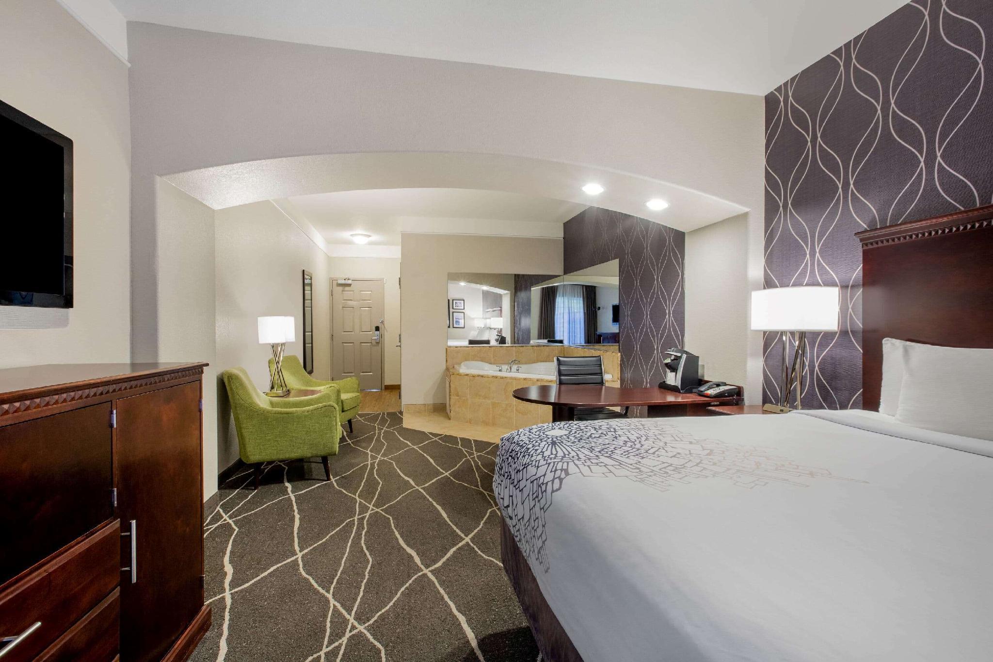 1 King Bed, Deluxe Suite
