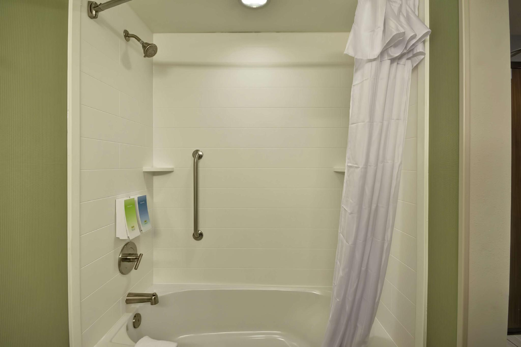 2 Queen Mobility Hearing Accessible Tub Studio