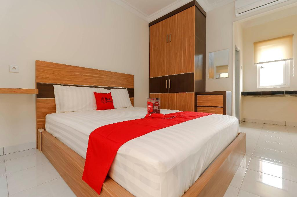 Fasilitas kamar RedDoorz Plus near Palembang Square Mall