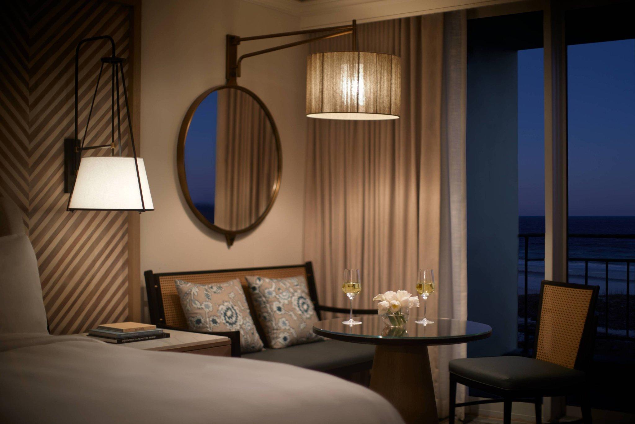 Deluxe Coastal, Guest room, 1 King, High floor, Balcony