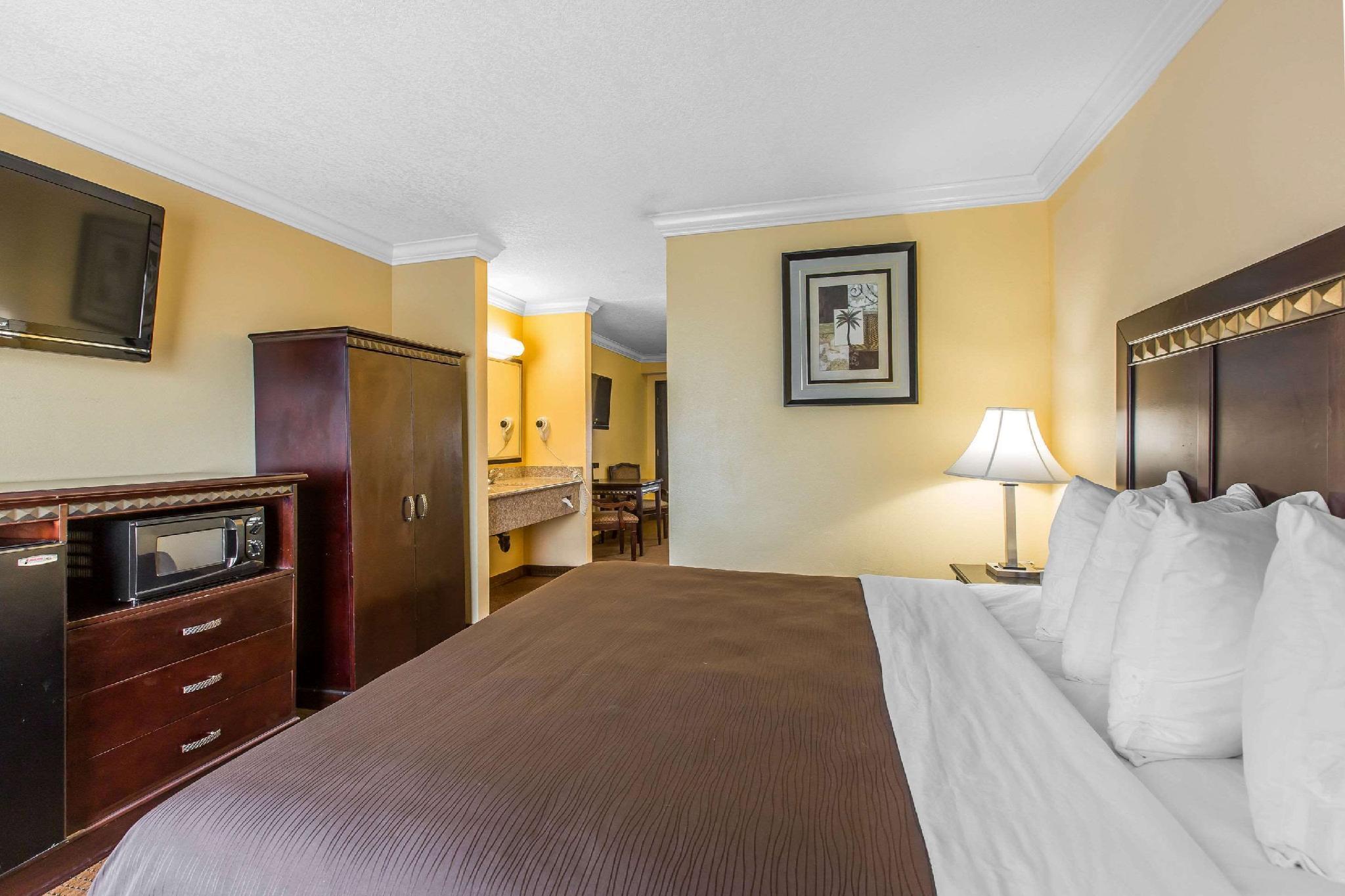1 Queen Bed Suite Nonsmoking