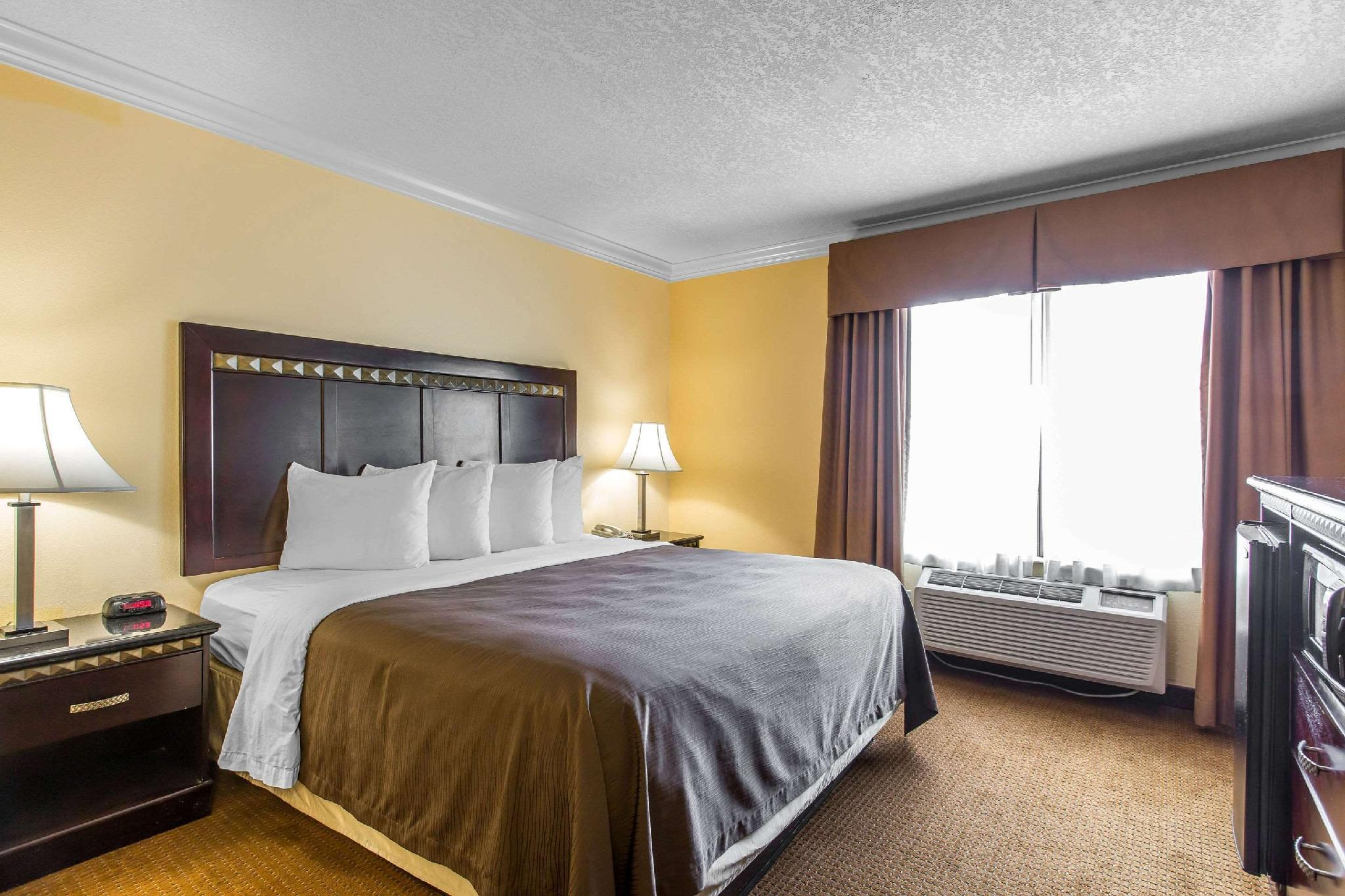 1 King Bed Suite Nonsmoking