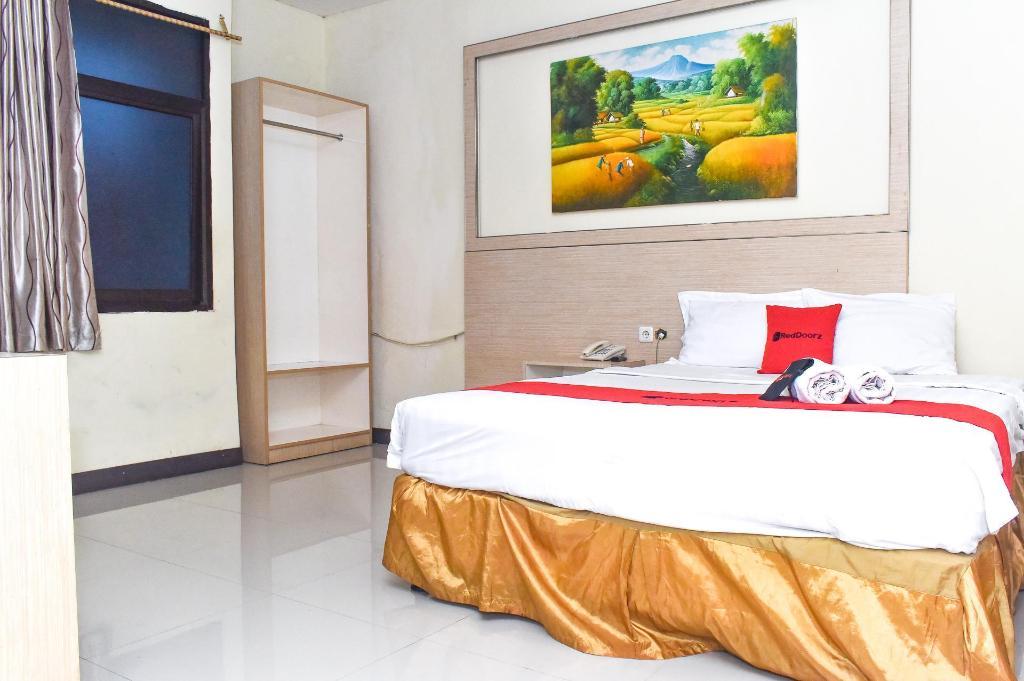 Fasilitas kamar RedDoorz Plus near Sultan Hasanuddin Airport
