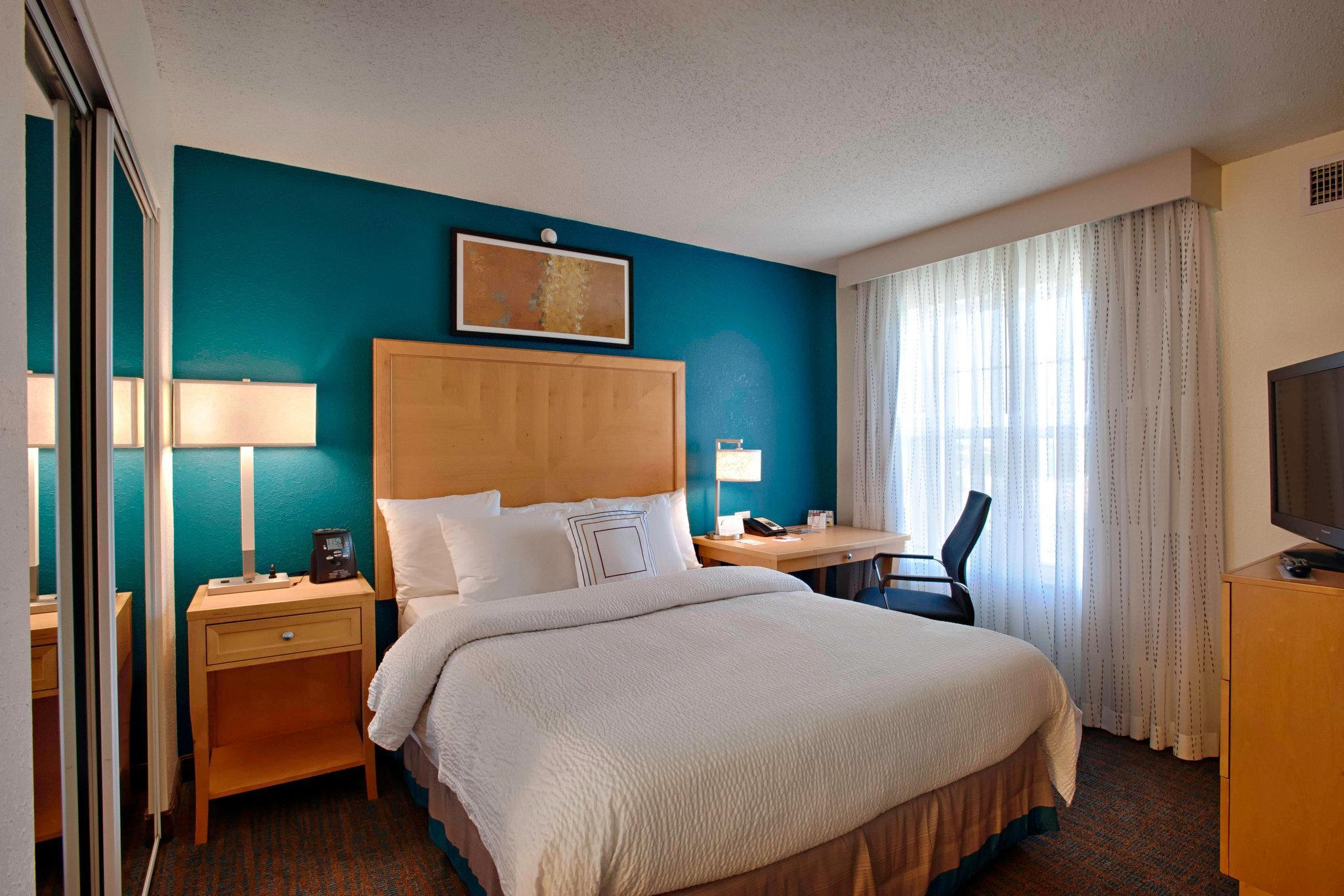 1 Bedroom 2 room Suite, 1 King, Sofa bed