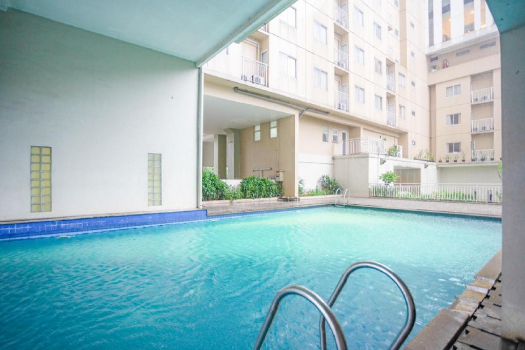Fasilitas kolam renang RedDoorz Apartment @ Bogor Valley