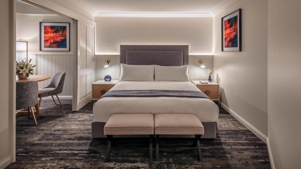 1 King Bed Club Queenslander Suite - Bed