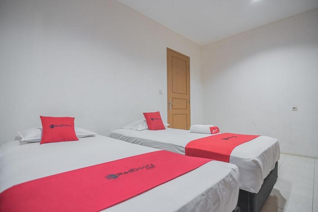Fasilitas kamar RedDoorz Plus @ Lodaya Gunung Geulis Puncak