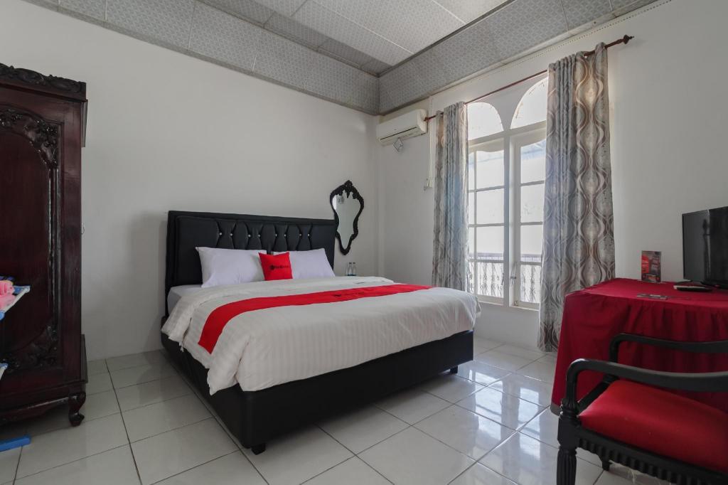 Fasilitas kamar RedDoorz near Universitas Negeri Padang