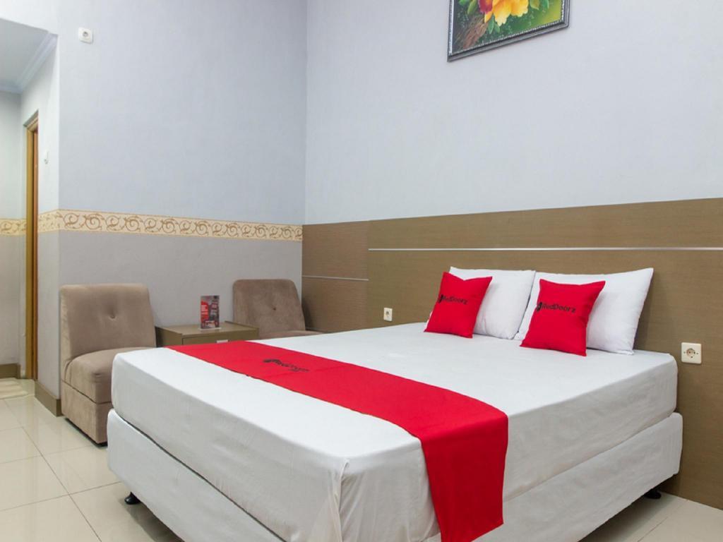 Fasilitas kamar RedDoorz near Goa Panggung