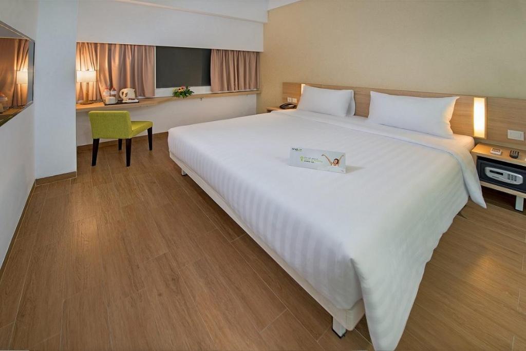 Fasilitas kamar Whiz Prime Hotel Pajajaran Bogor