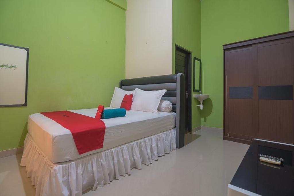 Fasilitas kamar RedDoorz near Living Plaza Balikpapan 2